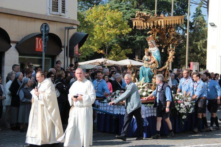 Omaggio al boss durante la processione, parroco abbandona. Lettera di sostegno dal vescovo
