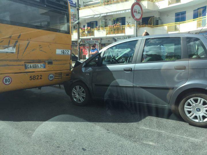 Circumvallazione, scontro tra auto e pullman