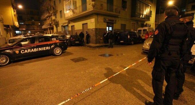 Spari nel quartiere, 21enne affacciata al balcone ferita dai colpi