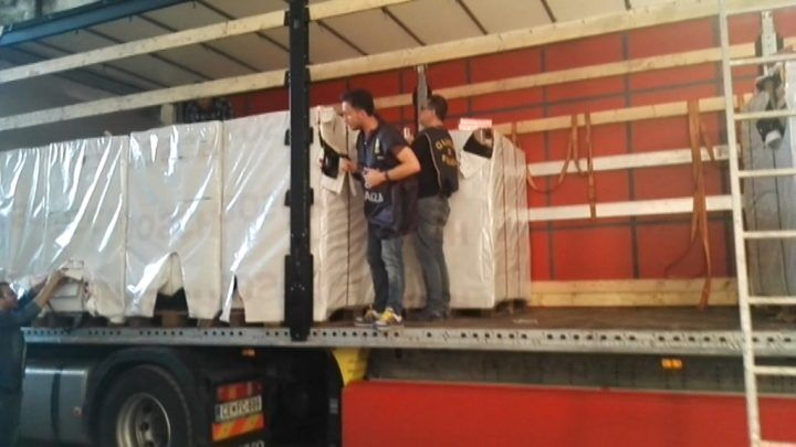 Contrabbando, 7 in manette e 6 tonnellate di sigarette sequestrate. La base era a Giugliano. VIDEO