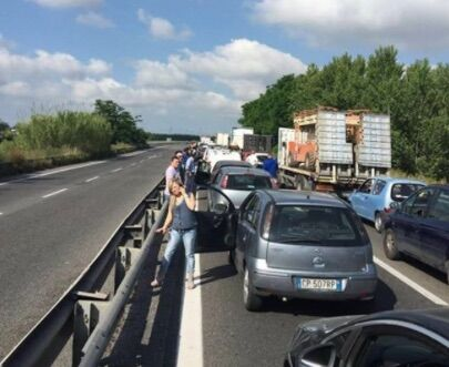 Camion si ribalta sull'asse mediano, traffico in tilt