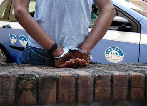 Vessa la madre con richieste di denaro e aggressioni, fermato 35enne