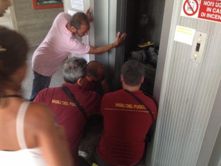 Incubo in ascensore, restano bloccati in 9 per quasi un'ora