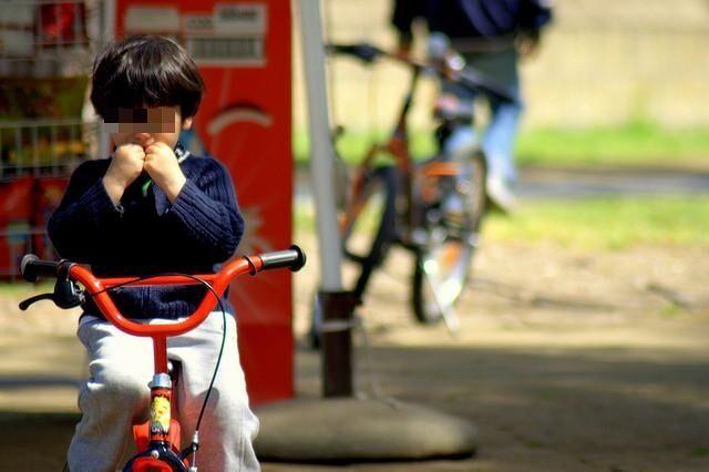 Cade dalla bici: è in fin di vita. Un'intera città prega per un bambino