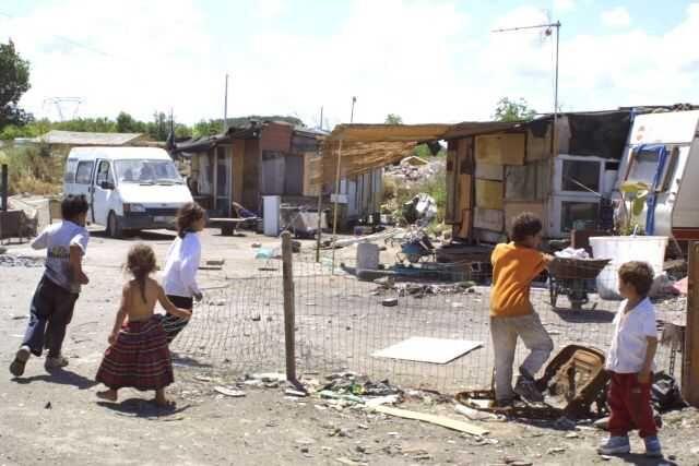 """Rom a Giugliano, scoppia il caso internazionale. Amnesty: """"Condizioni disumane"""""""