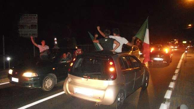 L'Italia vince, lui esce a festeggiare con l'auto e investe un bambino