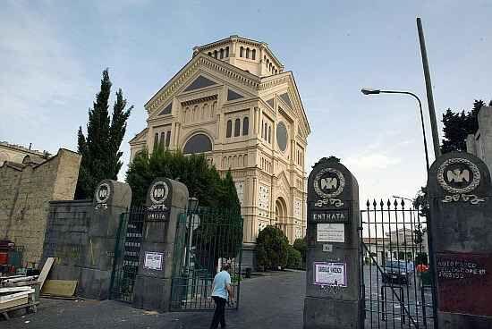 Blitz al Cimitero di Napoli, aveva rubato otto cappelle gentilizie. Indagato noto imprenditore