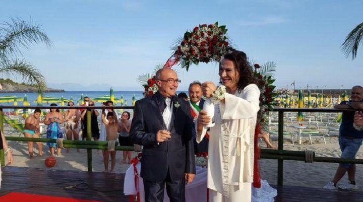 Provincia, nozze gay celebrate sulla spiaggia. Gianni e Antonio sposi