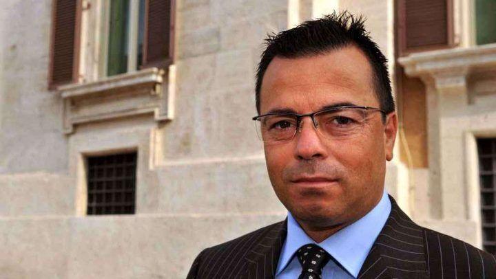 """Morto noto politico della Lega, commenti assurdi su Fb: """"Champagne"""""""