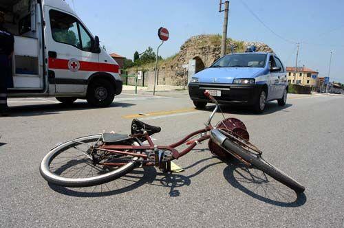 Area nord, sangue sull'asfalto. Travolto e ucciso in bici da un autocompattatore