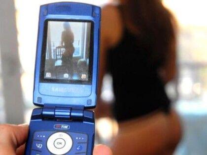 Selfie nudi a 13 anni per 5mila euro, le foto girano su Whatsapp. In manette 30enne