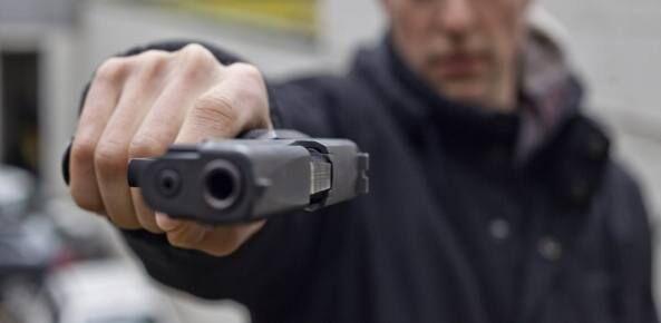 A scuola per cercare la fidanzata, 16enne estrae la pistola