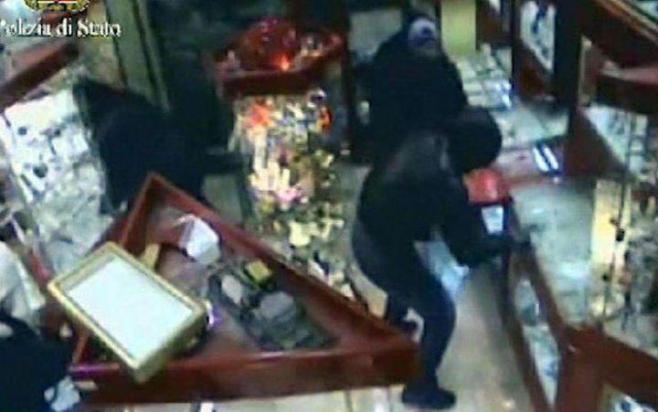 Terrore a Napoli, tentano di rapinare una gioielleria e feriscono il titolare