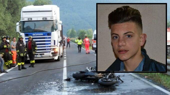 Prima impatta con un'auto e poi viene travolto da un camion, muore 17enne