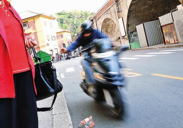 Paura a Frattamaggiore, ragazza scippata da due rapinatori finisce in ospedale