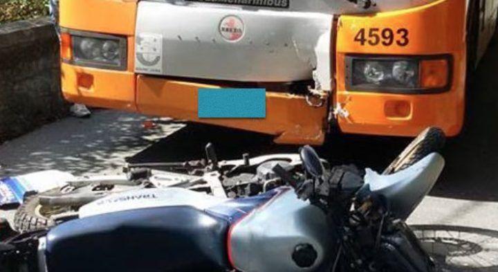 Scontro fatale tra autobus e moto, perde la vita un 54enne