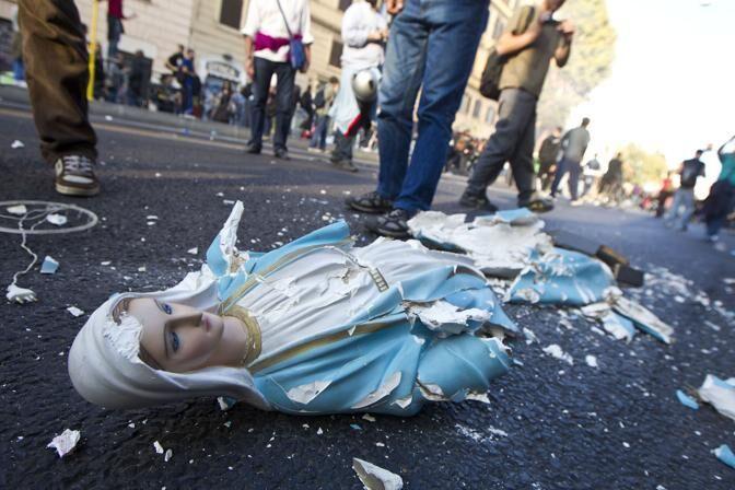 Napoli, camorra senza freni. Spari contro la Madonna