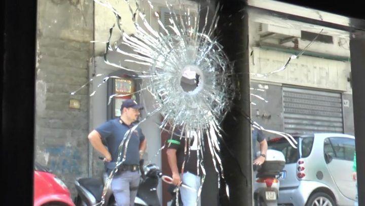 """Napoli, ancora una """"stesa"""": pallottole esplose verso un'auto e una pizzeria"""