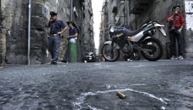 """Stesa ai quartieri spagnoli, colpiti un taxi e un """"basso"""": residenti barricati in casa"""