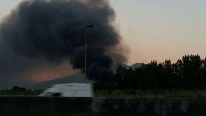 Spaventoso incendio nel campo rom, il fumo nero invade l'area nord