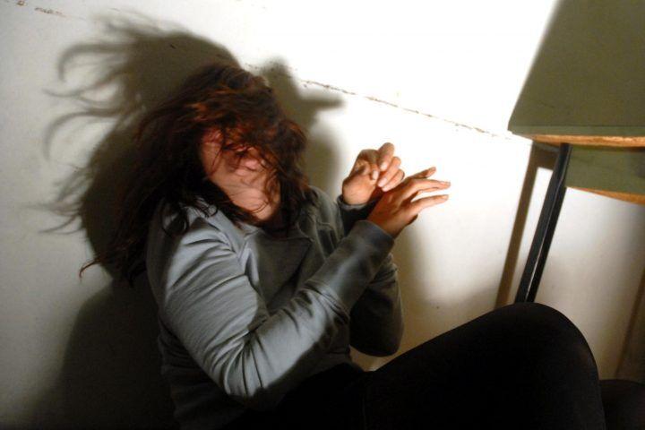 Donna massacrata di botte, testa contro lastra di cemento. E' in coma