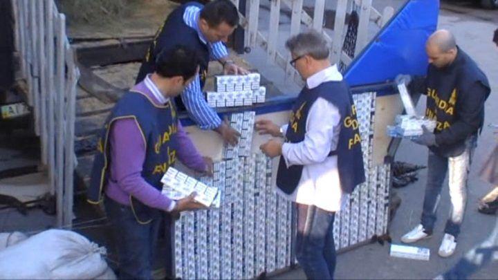 """Nascondevano sigarette di contrabbando in scaldabagni, scacco al commercio di """"bionde"""": sequestrate 15 tonnellate"""