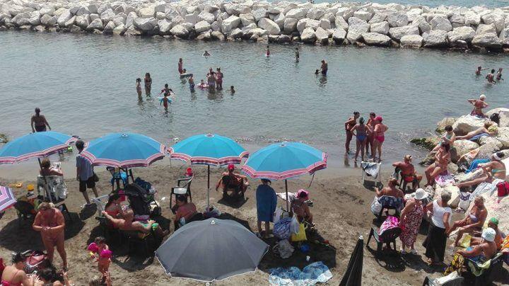 """Napoletani riempiono spiagge libere. Verdi: """"Arpac conferma balneabilità a Mappatella e Nisida. Ora scoprire chi ha inquinato"""""""