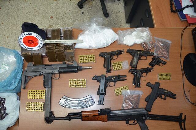 Napoli, maxi-sequestro di armi e droga. Sotto chiave l'arsenale del clan