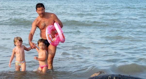 Choc tra i bagnanti, dal mare spunta la testa di un chinghiale sgozzato