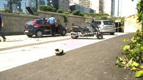 Napoli, extracomunitario ruba pistola a un vigilante e la punta sui passanti