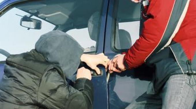 Napoli, in quattro tentano di rubare una Fiat Panda ma vengono arrestati. I NOMI