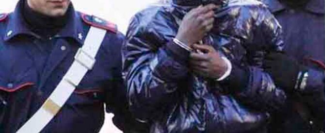 Calvizzano, tenta di strangolare un operatore del centro d'accoglienza: arrestato