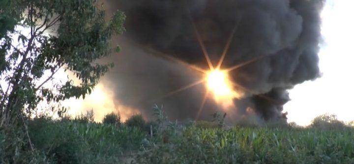 Incendio nel campo rom, 150 sfollati. Si indaga sulle cause del maxi rogo
