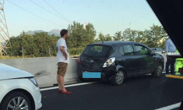 Incidente in autostrada, traffico in tilt: automobilisti fermi per ore