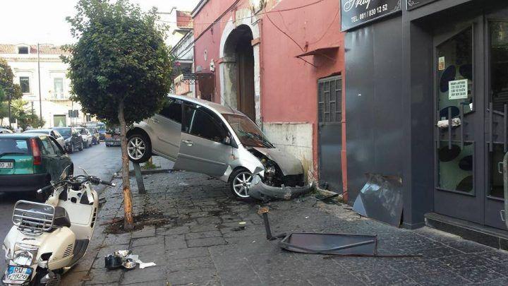 Spettacolare incidente a Caivano, auto si incastra tra palo e muro. VIDEO