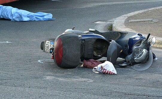 Terribile caduta da scooter in provincia di Napoli, muore 39enne. Ferito l'amico