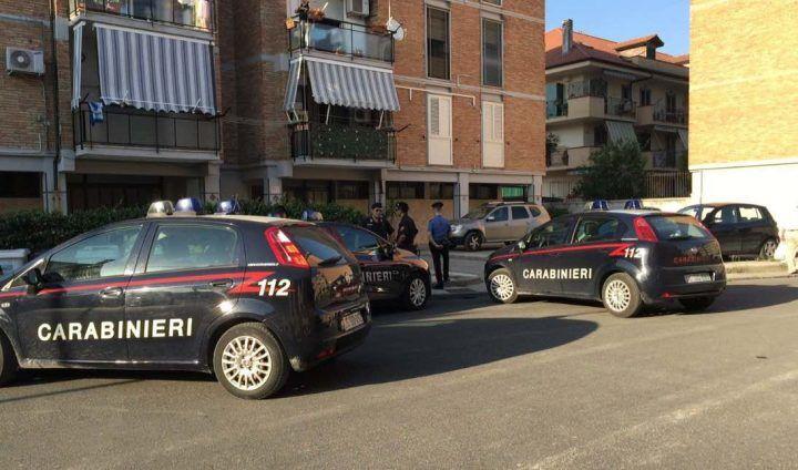 Giugliano. Carabinieri trovano pistola col colpo in canna nelle palazzine, scattano le perquisizioni