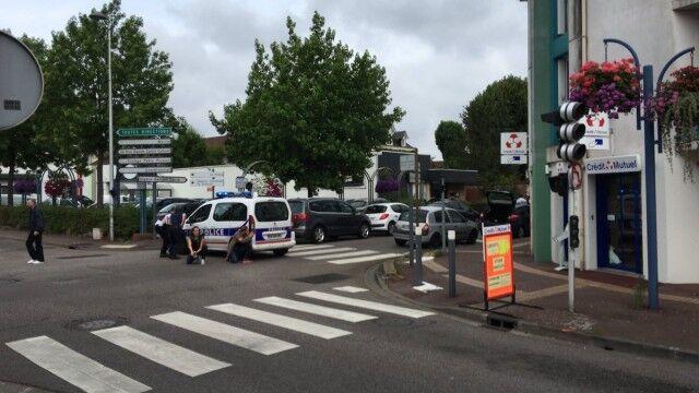 Terrore in Francia, uomini armati prendono ostaggi in una chiesa. Due morti