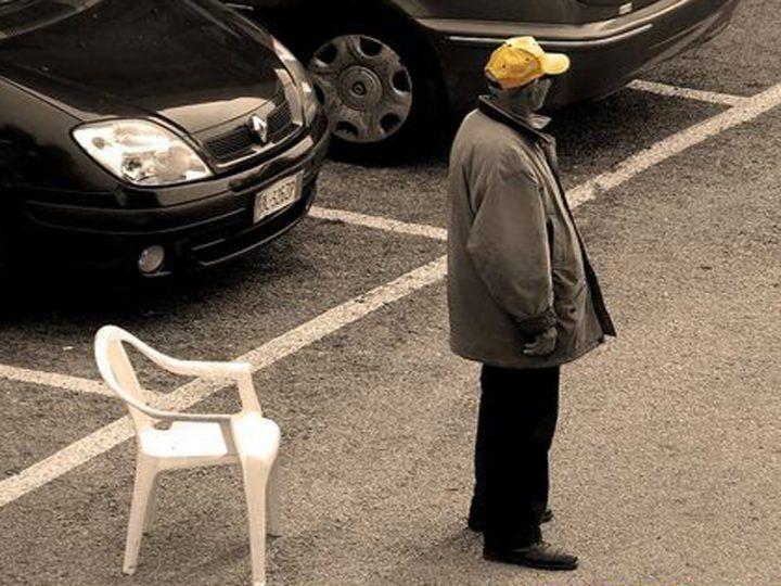 Litorale, non paga il parcheggiatore abusivo e fanno questo alla sua auto
