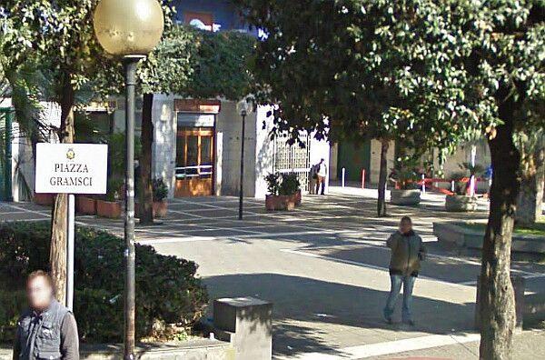 Terrore a piazza Gramsci: da Scampia per rapinare un anziano. In manette 38enne
