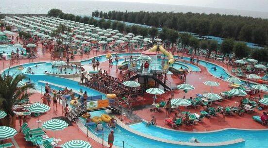 Shock al parco acquatico, malore a bordo piscina: muore 14enne