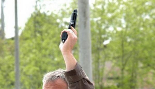 Follia a Giugliano, difende la figlia dal marito e spara