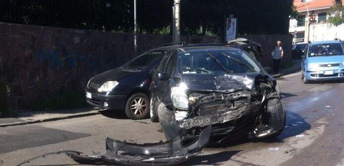 Spaventoso incidente a Melito, impatto tra due auto. FOTO