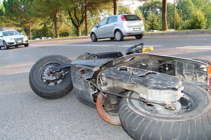 Napoli, scooter investe pedone. Morto il conducente