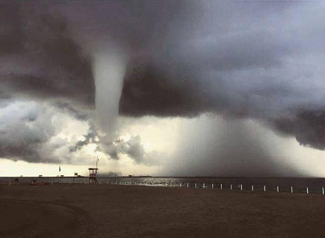 Tromba d'aria s'abbatte sul litorale: volano ombrelloni. Donna ferita alla testa