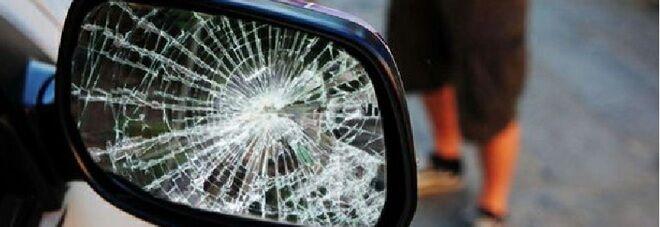 Truffa dello specchietto, raggira due persone e si dà alla fuga inseguito dalla polizia