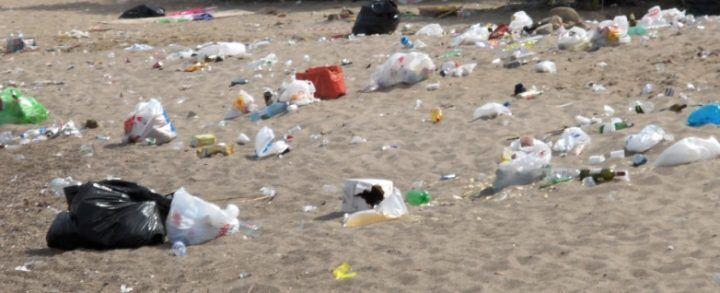 Tintarella tra amianto e rifiuti, la polizia sequestra la spiaggia