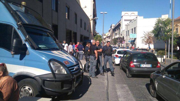 Giugliano, protesta dei disoccupati fuori al municipio