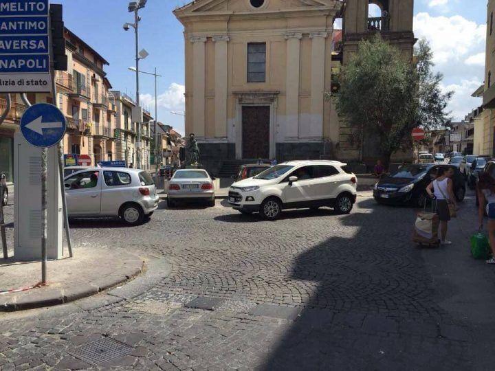 Giugliano, traffico in tilt a piazza San Nicola: cambiano i sensi di marcia. Ecco come