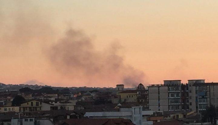 Villaricca, incendio alle spalle della stazione dei carabinieri